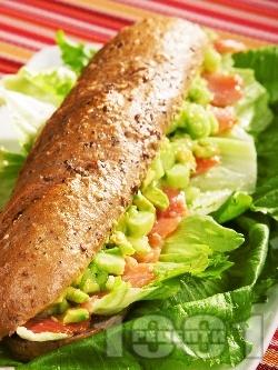 Сандвич за ценители със сьомга и авокадо - снимка на рецептата